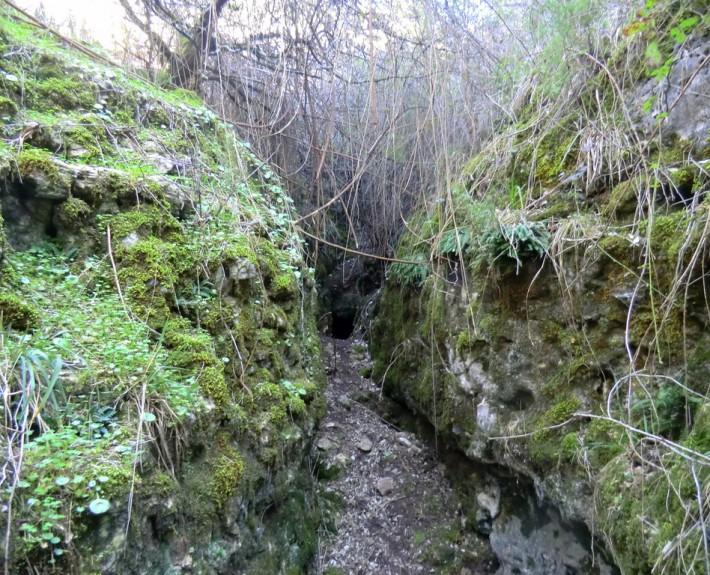 corredor y cueva con humedad