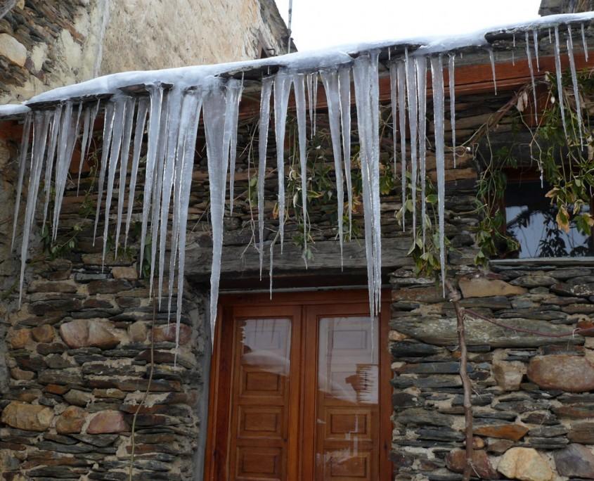 carámbanos de hielo sobre las fachadas