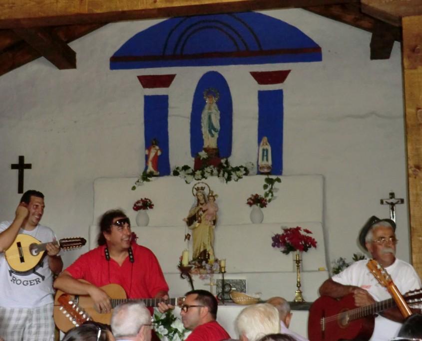 Rondalla en el interior de la Iglesia de El Espinar
